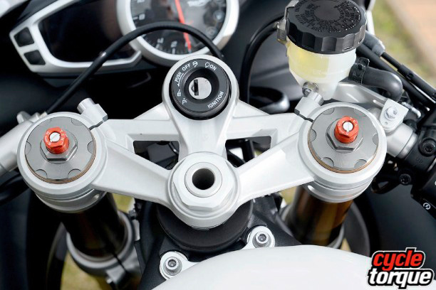 Triumph-Daytona-675-2013-22