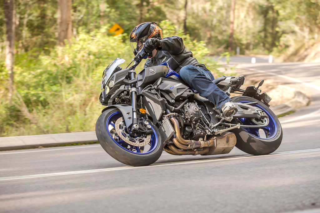 yamaha-mt-10-action-lhs